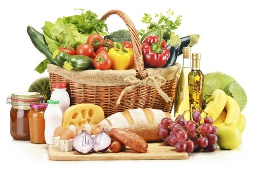 На столе лежат продукты купленные в магазине продуктов