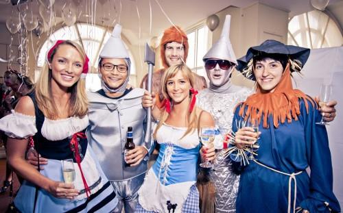 Люди в костюмах гуляют на маскарадной вечеринке
