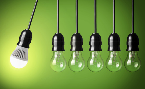 Разные лампочки на зелёном фоне