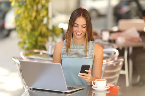 Девушка сидит за столом в кафе