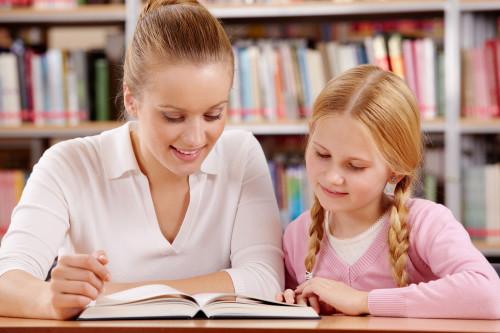 Девушка репетитор занимается с учеником
