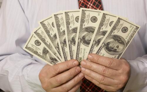 Мужчина даёт деньги на открытие бизнеса