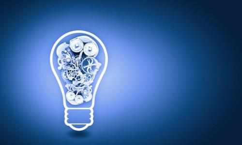Лампочка идея на синем фоне