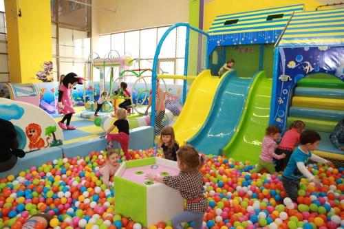 Дети играют на детской игровой площадке, которая расположена в торговом центре