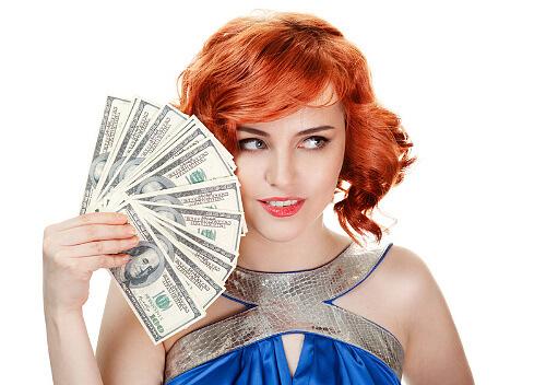 Красивая девушка держит в руках 100 долларовые купюры