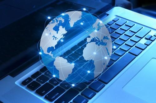 Интернет сети окутывают виртуальный глобус, который лежит на ноутбуке