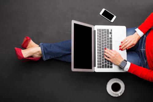 Девушка ищет с помощью ноутбука популярные идеи для своего бизнеса