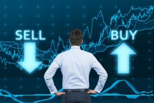 Начинающий трейдер смотрит на графики роста и падения стоимости криптовалют