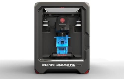 3D принтер и напечатанный домик синего цвета