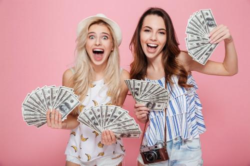 Девушки держат в руках доллары добытые на халяву