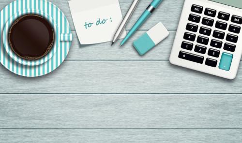 Кофе, калькулятор и надпись на бумаге - делай, на английском языке