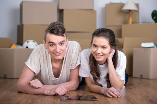 Муж и жена ищут через планшет идеи бизнеса без вложений