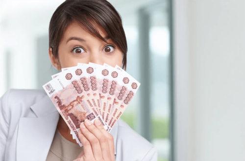 Девушка держит в руках заработанные деньги