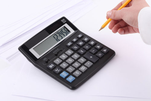 Мужчина считает на калькуляторе