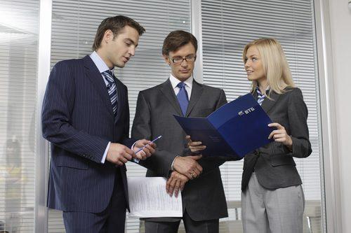 Сотрудники банка ВТБ и предприниматель получающий поддержку на открытие бизнеса