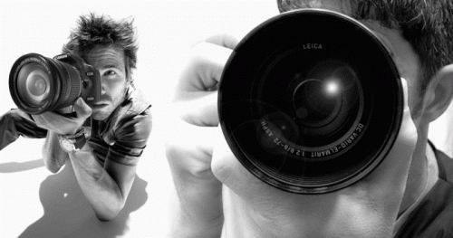 Парень фотографирует на зеркальную фотокамеру