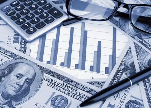 Доллары, очки, ручка и калькулятор