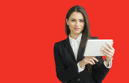 Девушка с планшетом в руках ищет информацию о том, как начать бизнес с нуля