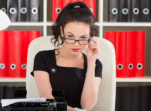 Девушка в чёрном на работе