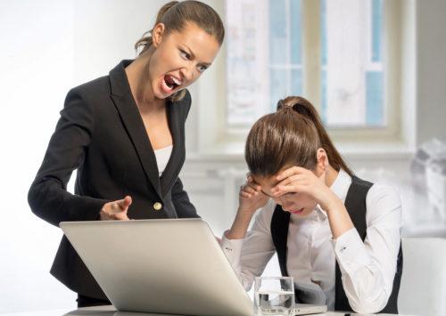 Злая начальница кричит на своего работника