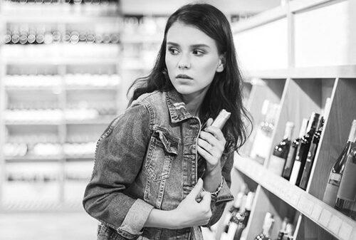 Девушка ворует в магазине