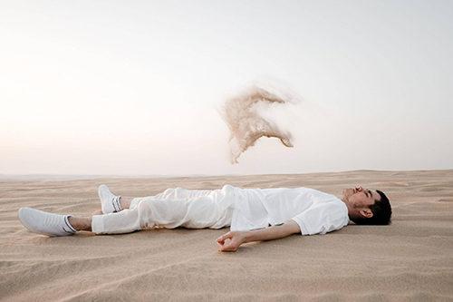 Аяз Шабутдинов лежит по среди пустыни