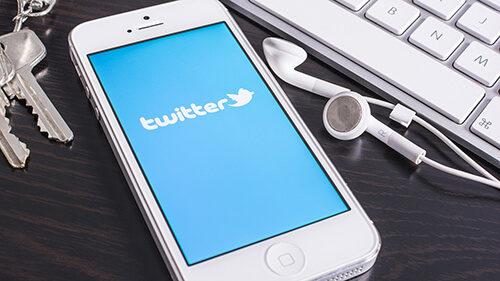 Смартфон с открытым Твиттер аккаунтом