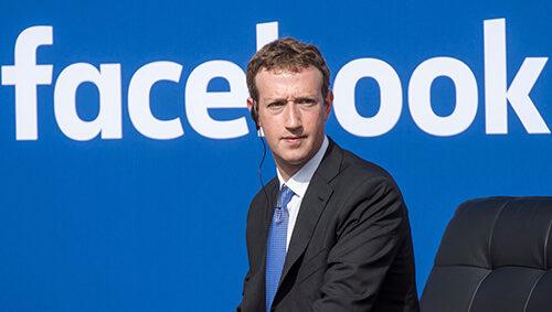 Марк Цукерберг и надпись Фейсбук
